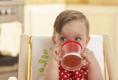 Чим, як і коли поїти малюка