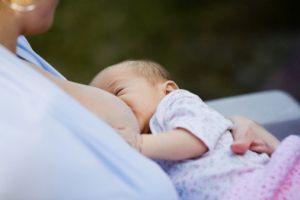 До якого віку годувати дитину грудьми?