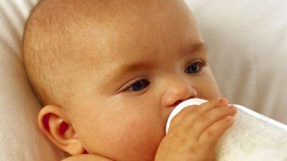 Годування новонародженої дитини з пляшечки