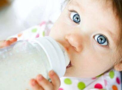 Малюки, які вигодовуються з пляшки