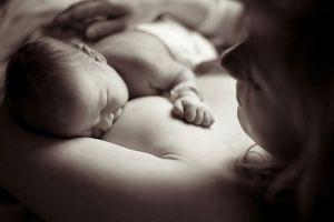 Чи потрібно будити дитину для годування: вночі чи вдень?