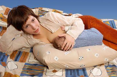 Пози для годування новонародженої дитини грудьми