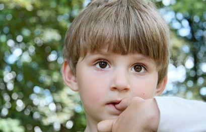 Дитина кусає нігті, що робити?