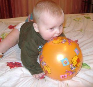 А ми граємо з м`ячем! Розвиваючі ігри з м`ячем. Вчимо дитину грати в футбол