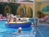 Басейн для дітей до року. Користь плавання для немовлят. Як плавання впливає на фізичний розвиток немовляти?