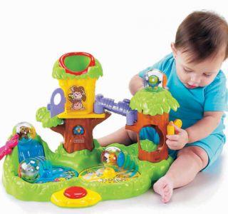 До шести місяців рухова активність малюка все зростає, а значить, він вже може сам вибирати, якими іграшками грати.