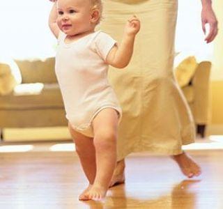 Як ефективно і швидко навчити дитину до року ходити? Перші навички.