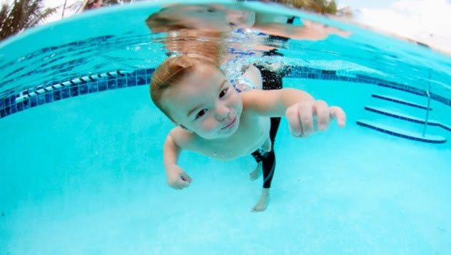 Як навчити плавати немовляти? Багато батьків прагнуть навчити своїх малюків плавати, як можна раніше.