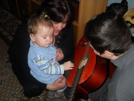 Дядько вчив грати на гітарі