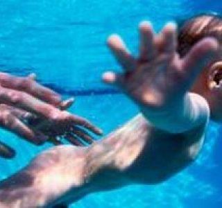 Уроки плавання для немовлят в басейні.