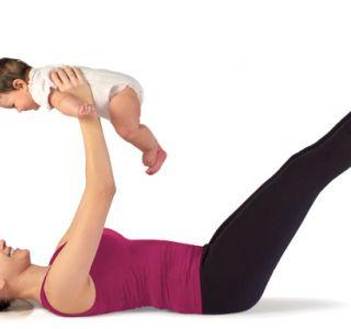 Уже в післяпологовий період акушерки або фахівці покажуть вам, які легкі вправи можна буде робити, щоб розумно підтримати процес відновлення.