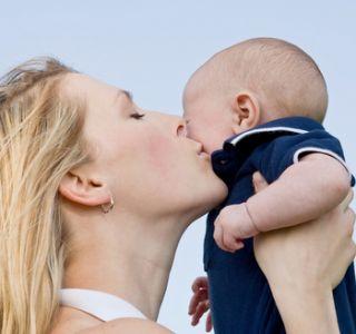 Виплати матерям одиначкам в 2013 году.как допомоги покладаються матері-одиначці? Додатково одинокій матері покладені щомісячна допомога.