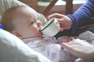 Вчимо пити дитини з чашки і відмовляємося від пляшечки